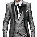 Gratis Gentleman envios Silver Grey juego lazo hombres trajes de tres piezas traje padrinos de boda trajes para hombre ropa venta caliente