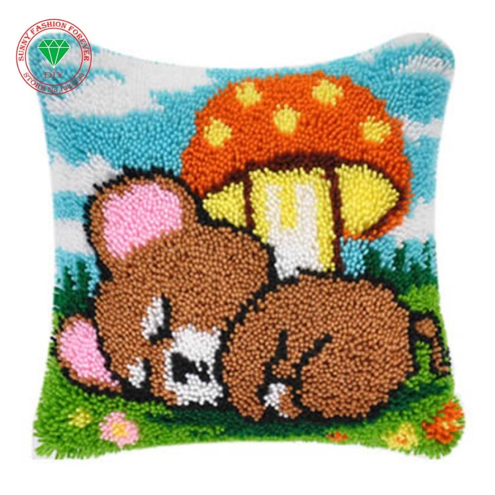 Вышивка на подушке медведь