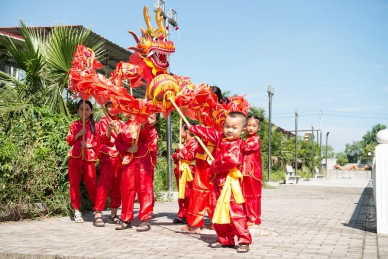 7.9M 8 bērniem. ĶĪNAS DRAGONA DEJAS silkFolk festivāla svētku tērps. 8 bērni spēlē ballītes kostīmu skatuves