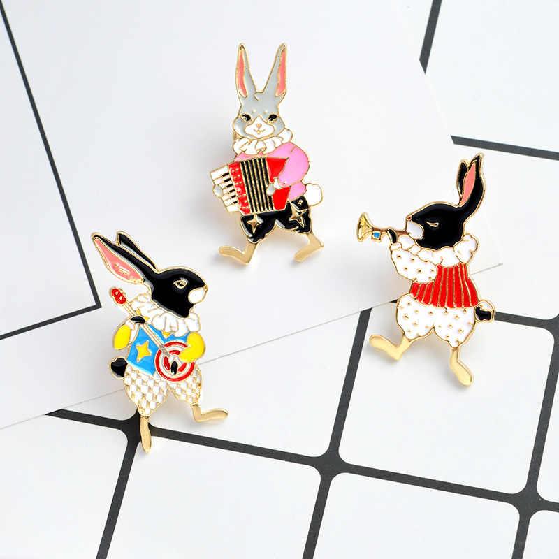 1 PZ Coniglio Suonare il pianoforte Smalto Spilla Pin Collare Vestiti Cappello Decorazione Della Lega Badge Spilla Pin per abbigliamento giacca