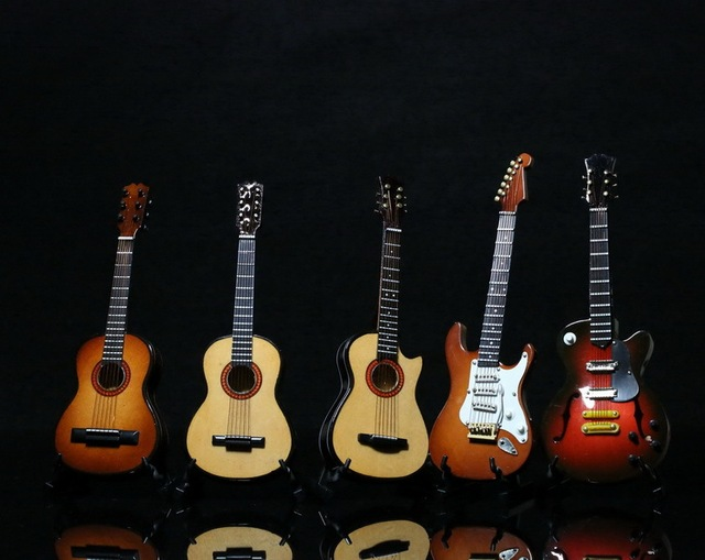 "1/6 scale Guitar for Dolls Props for 12"" action figure doll ,Doll accessories.Doll not included"