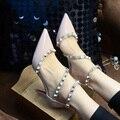 Sexy negro / blanco tacones altos 6 cm remaches punta estrecha zapatos de san valentín Ladies Shoes hacer coincidir nuevo estilo talones correa del tobillo