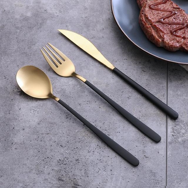 Niebieski zestaw złotych sztućców ze stali nierdzewnej zachodniej stołowe łyżka widelec nóż w odniesieniu do żywności fotografia tło tło do zdjęć rekwizyty