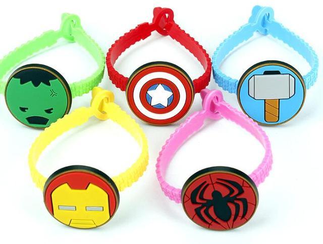50 pcs mix cor dos desenhos animados vingadores homem-aranha Capitão América crianças bandas de mão de borracha pulseiras de silicone com o partido dos miúdos presentes