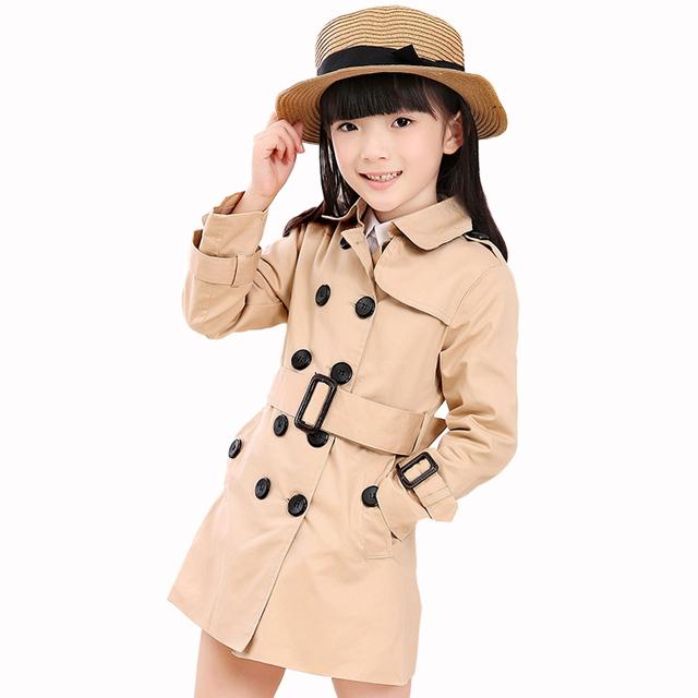 2016 Nueva 2-8 T Otoño niños niñas ropa de moda de estilo europeo de alta calidad de las muchachas trench con doble botonadura escudo