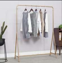 Железная витрина для магазина одежды золотой простой стеллаж