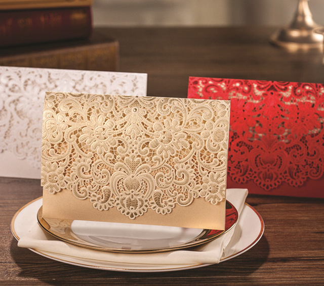 100 ცალი ოქროს ჰორიზონტალური ლაზერი მოჭრილი საქორწილო მოსაწვევების ბარათების კომპლექტები ღრუ ფლორას უყვართ მარგალიტის ქაღალდის ბარათების კონფიგურაცია
