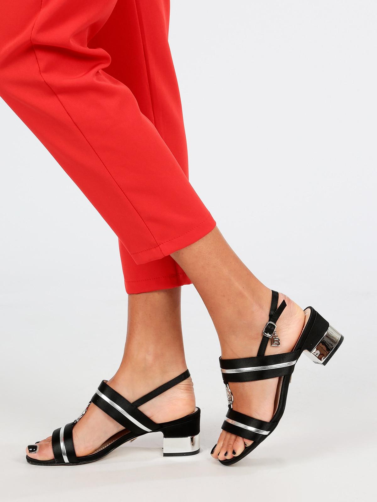 Sandales noires à talons bas