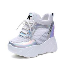 Белые женские кроссовки на платформе; сезон лето; женские теннисные туфли на скрытом каблуке; серебристая обувь на толстой подошве; Женская