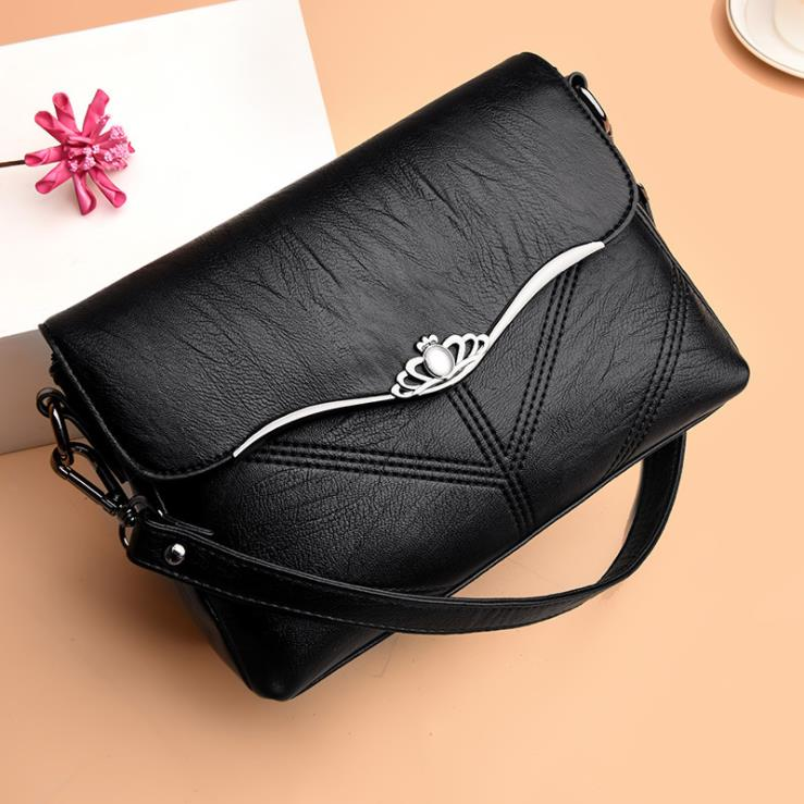 Brand 2019 new one shoulder Messenger bag Fashion wild Messenger hand cranked soft leather large capacity