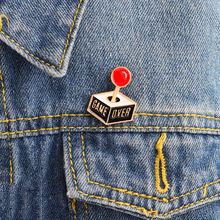 """Game Over"" Otroška igralna konzola Broševe Cartoon Game Joystick Oblika Badge Moda Ženske Denim jakno Enamel River Pins"