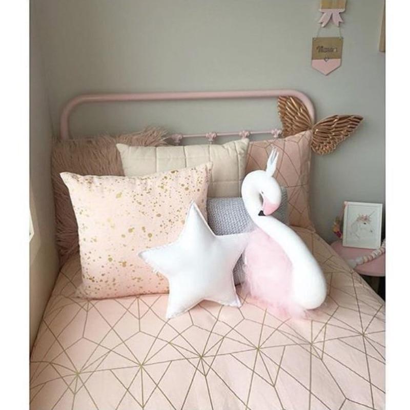Quarto com Cama de bebê Dormindo Travesseiro