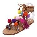 Sandalias de gladiador zapatos de las mujeres 2016 de la borla multicolor plana fuzz bola de pom pom sandalias de correa de tobillo de la pierna femenina de bohemia de zapatos de verano