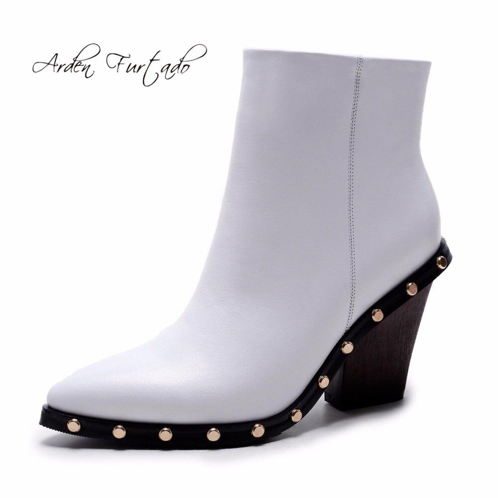 2017 الخريف الشتاء جلد طبيعي الكاحل أسافين الأزياء والأحذية عالية الكعب الأبيض مع المسامير الأزرار-في أحذية الكاحل من أحذية على  مجموعة 1