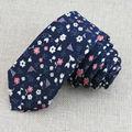 Vogue del nuevo de alta calidad de color azul oscuro lazo Rojo y blanco pequeña flor rota diseño hombre azul marino corbata libre necesario gratis