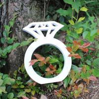 Модные сфотографированные реквизиты, держащие бриллиантовое кольцо, вечерние подарки, аксессуары для свадебной фотосессии