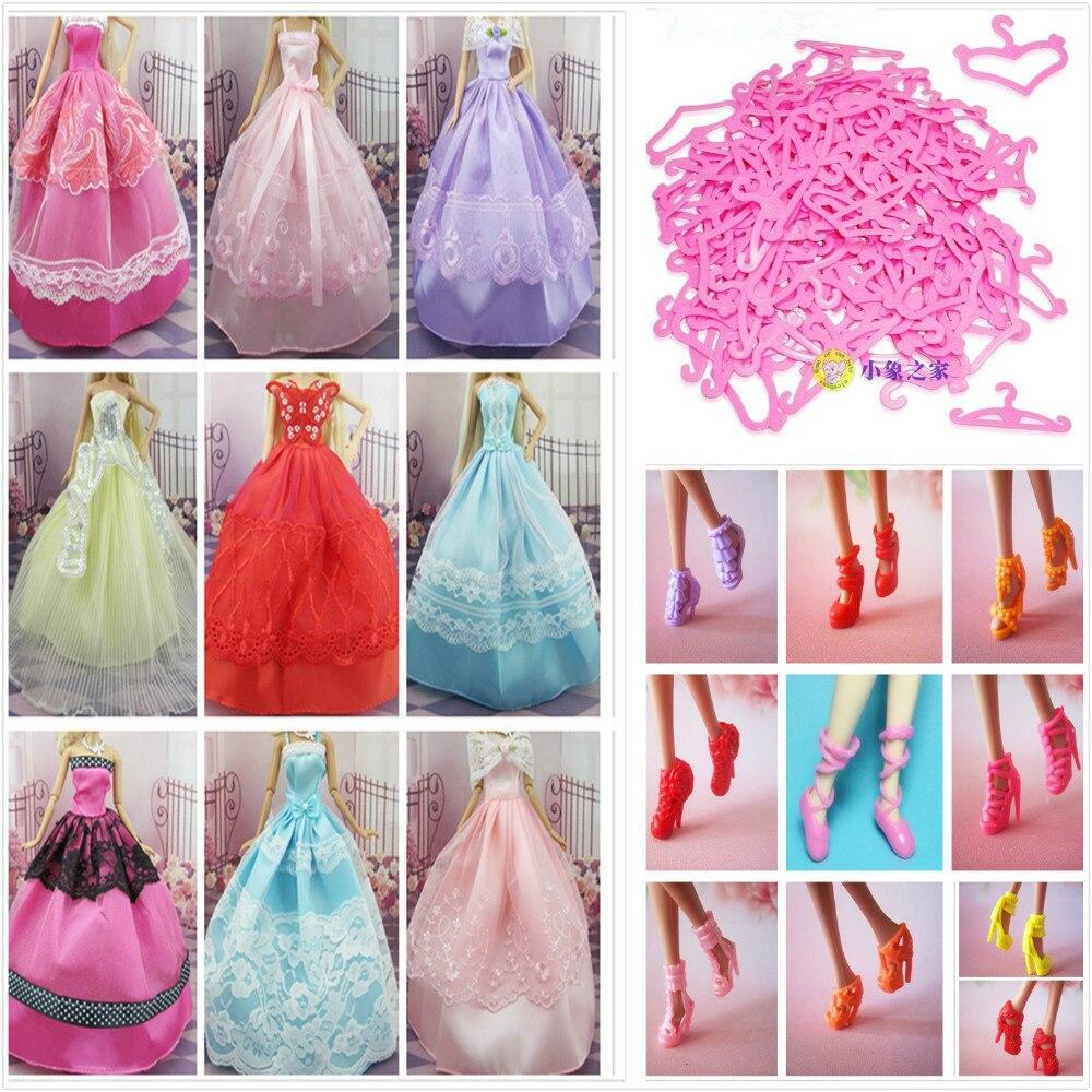 ⊹30 artículos = 10 vestido + 10 Zapatos + 10 perchas para muñeca ...