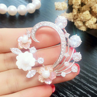 The new natural white color pearl shell flower flowers exquisite elegant micro inlaid CZ brooch brooch dress