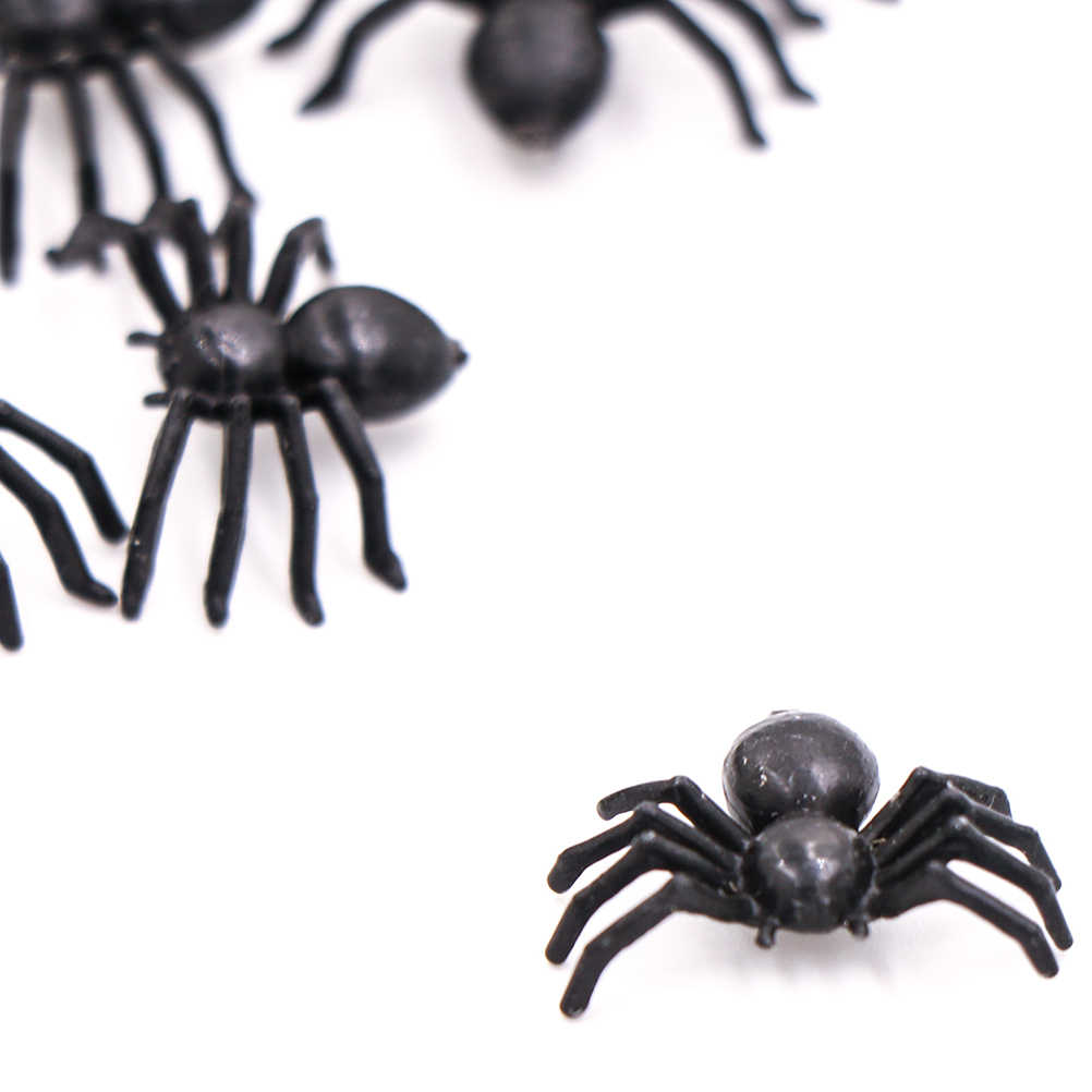 50pcs מצחיק שחור שחור פלסטיק עכביש מזויף עכבישים ליל כל הקדושים מסיבת עבור ליל כל הקדושים דקור בית רדוף רוחות