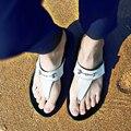 2016 Verano Planos Ocasionales De Diapositivas Playa Deslizadores de Las Sandalias de Los Hombres Genuinos Hebilla Sandalias T Correa de cuero Blanco Zapatos Zapatillas Hombre Fy50