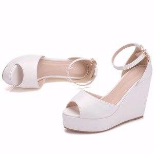 Image 5 - Crystal Queen Sandalias de tacón de cuña Superior para mujer, zapatos femeninos de plataforma alta, Punta abierta, tacón alto de Pu blanco, cuñas