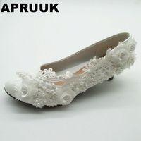 レースフラワーウェディングシューズ女性ホワイト色手作り真珠低ヒール結婚式パンプス靴レディースホワイトレースプロムス靴に服を着せる