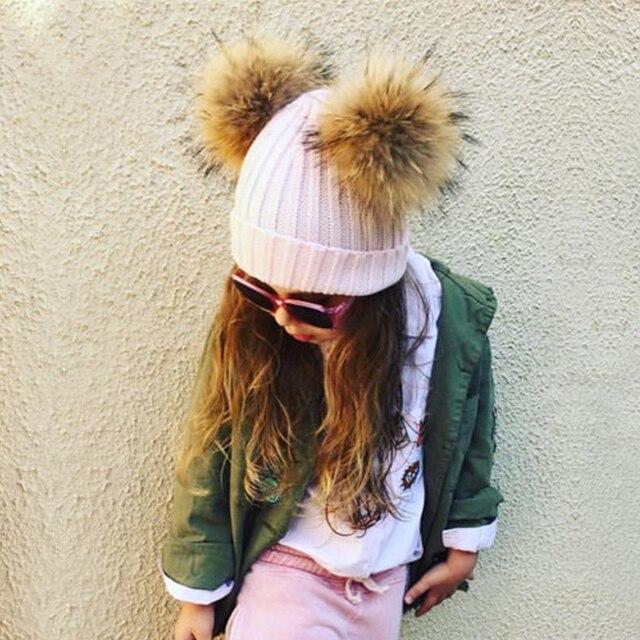 Doublue Réel Fourrure De Raton Laveur Pompons Hiver Épais Chaud Bonnets de Bébé  Chapeau Enfant Tricoté 5386da5c763