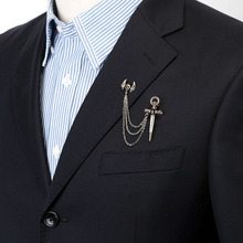 8e522bd0ba76 Moda étnica un ala cristal espada Cruz broche solapa Pin hombres  rompevientos traje Boutonniere insignia borla cadena Broches