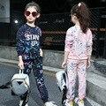 Каракули отпечатано активные спортивные костюмы для детей девушки одежда осень устанавливает костюмы розовый красный синий кофты топы брюки девочек устанавливает
