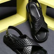 Новинка; летние мужские сандалии в европейском стиле; кожаные сандалии с ремешком и пряжкой; Мужские дышащие сандалии с открытым носком на плоской подошве с тиснением