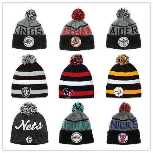 b23f824bfae8 € 10.81 |Hot Sale Sport Team Pompom Beanies High Quality Men's Winter  Knitted Cap Fashion Skullies Hat 20pcs/lot Wholesale en Disfraces juegos  hombre ...