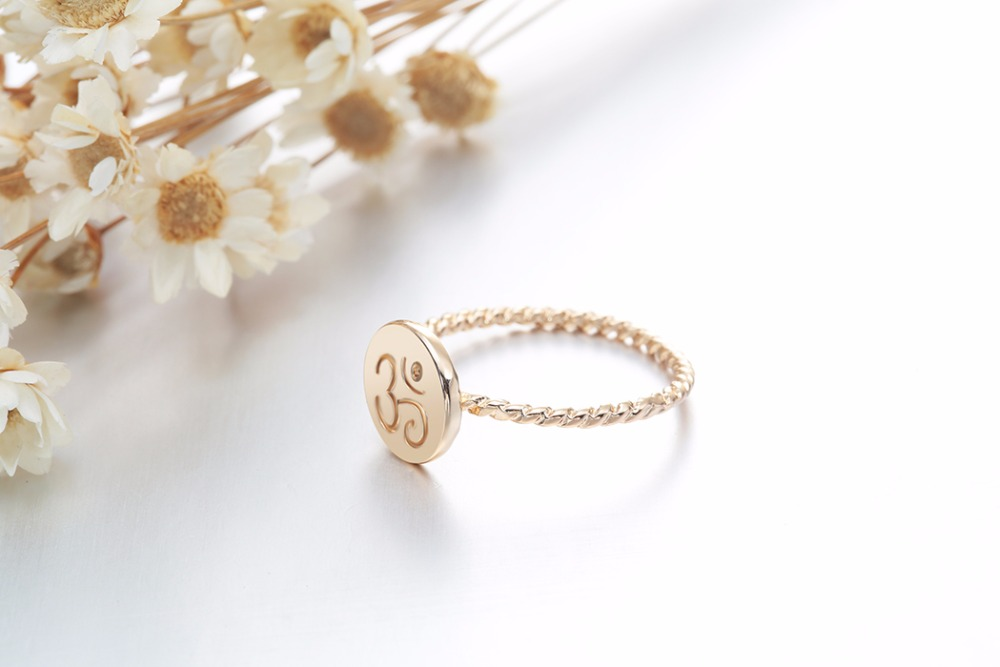 Bague torsadée dorée, symbole OM AUM OHM, yoga bijou tendance zen, vue latérale