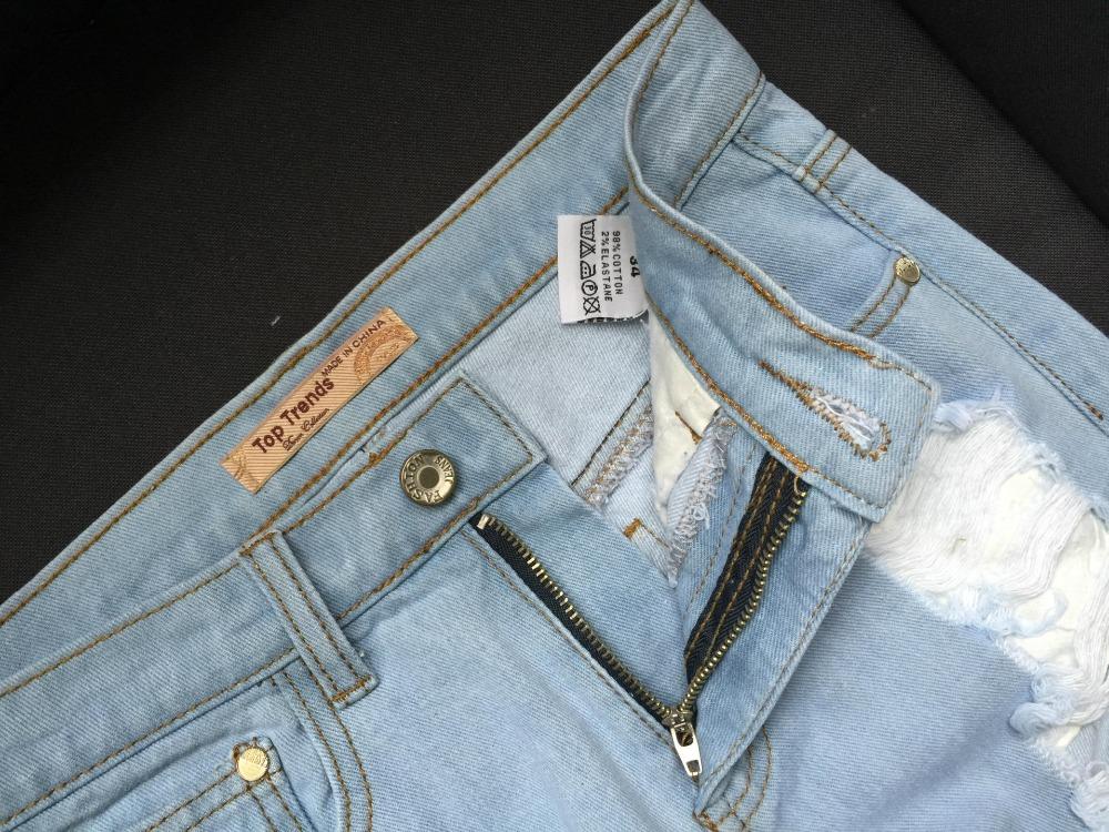 Rebitud säärega helesinised teksapüksid