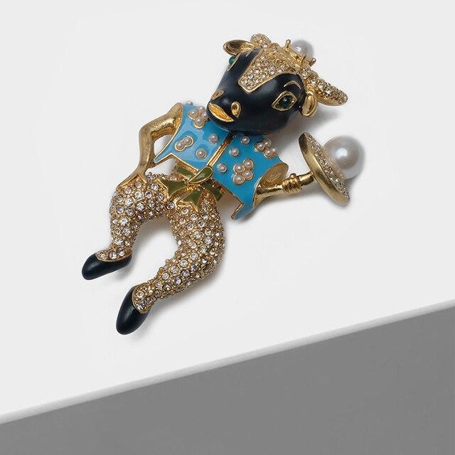 Amorita butik emaye bullheaded şövalye pin inci moda broş