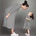 Moda mamá y los niños pareja mirada familia raya a juego equipos bebés arropa vestido de madre e hija vestido de los niños clothing