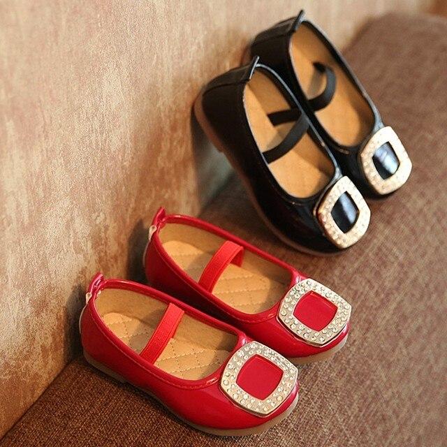 1 ШТ. Мода Весна Кожа детская Обувь Металл Стразы Девушки Обувь Одного Мелкая Рот Плоские Подошве Принцесса Обувь
