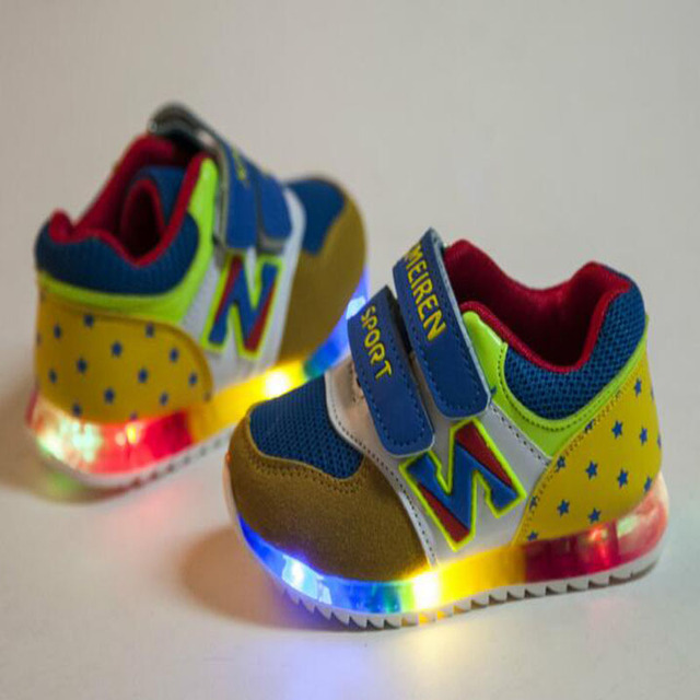 2016 de la moda Europea lindo bebé zapatos casuales de primavera/otoño niños LED de luz zapatillas Fresco Encantador pequeños zapatos de bebé