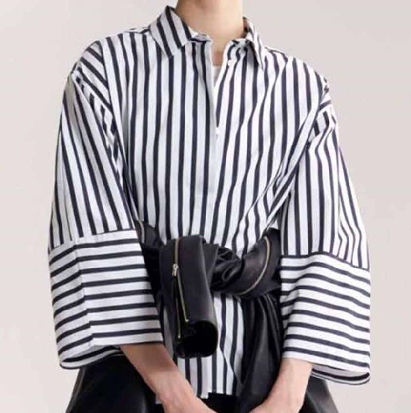 Bibione 구조화 된 모양의 셔츠 스트라이프 버튼 업 칼라 둥근 와이드 슬리브는 허리를 기쁘게하고-에서블라우스 & 셔츠부터 여성 의류 의  그룹 1
