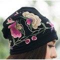 Barato ropa de china 2017 Mujeres Otoño Invierno Estilo Mexicano Hippie de La Vendimia de Flores de Color Azul Negro Bordado Sombrero Skullies Gorros