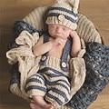 0-4 M Bebê Recém-nascido Fotografia Props Outfits Infantil Crochet Knit Traje Azul Listrado Macio Elf Beanie Botão + calças