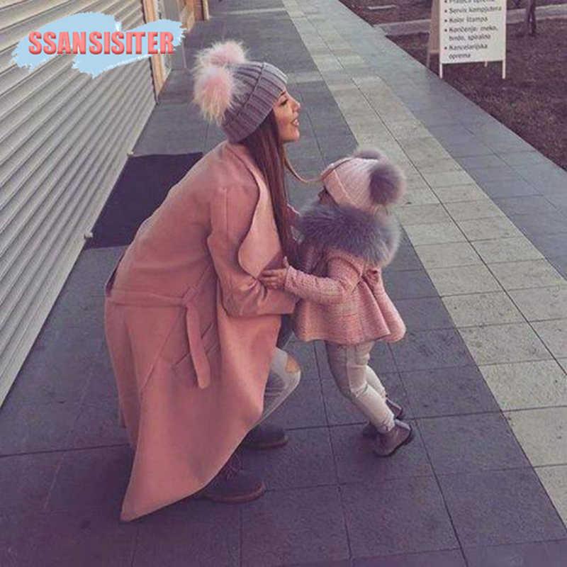 2 шт./компл. детские шляпы для мам махрово енота помпоном из искусственного меха Семейные комплекты Шапки зимние теплые детские вязаные шапочки семейная одежда