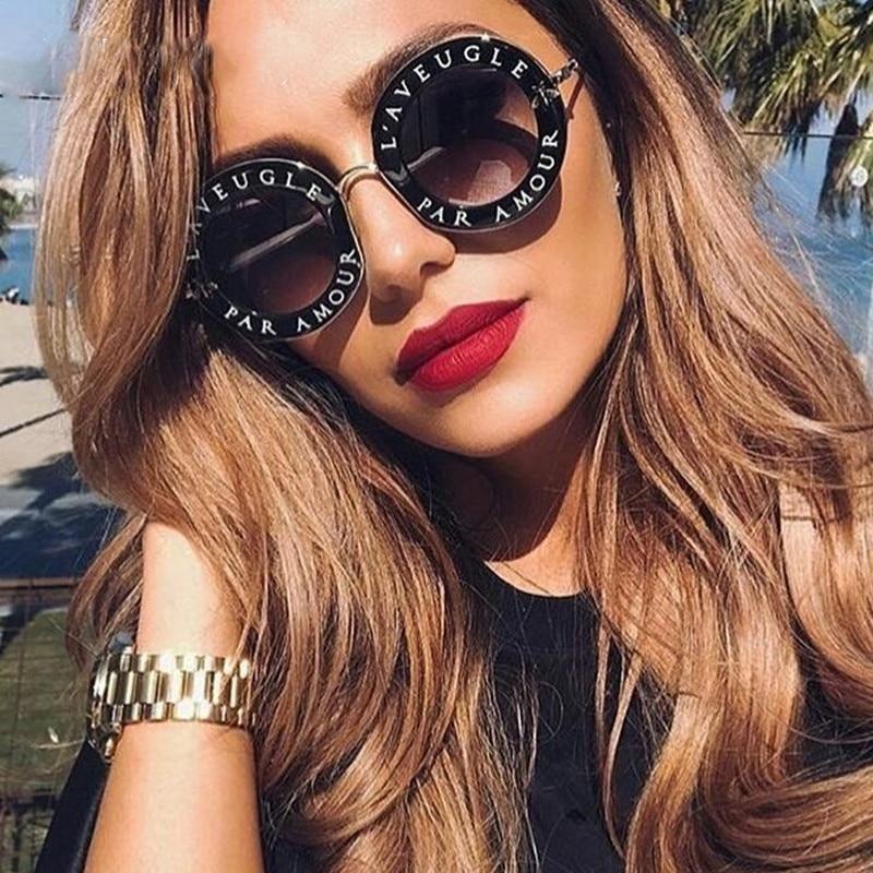 ed22057d06f499 Rodada do vintage Óculos De Sol Mulheres Inglês Letras Abelha Óculos de Sol  Marca Designer Óculos De Sol para Homens Oculos de sol Feminino