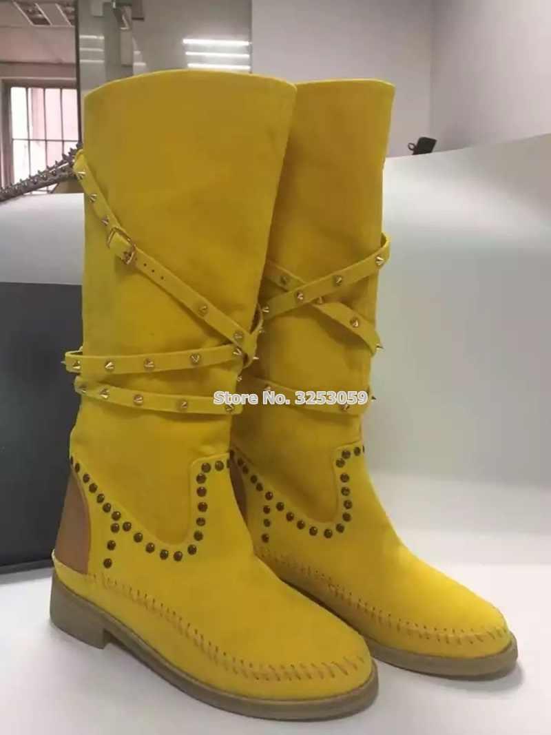 ALMUDENA Yeni Kadın Sarı Beyaz Düz Çivili Orta Çizmeler Toka Kayış Perçinler Motosiklet Botları Örgülü rahat ayakkabılar Dropship
