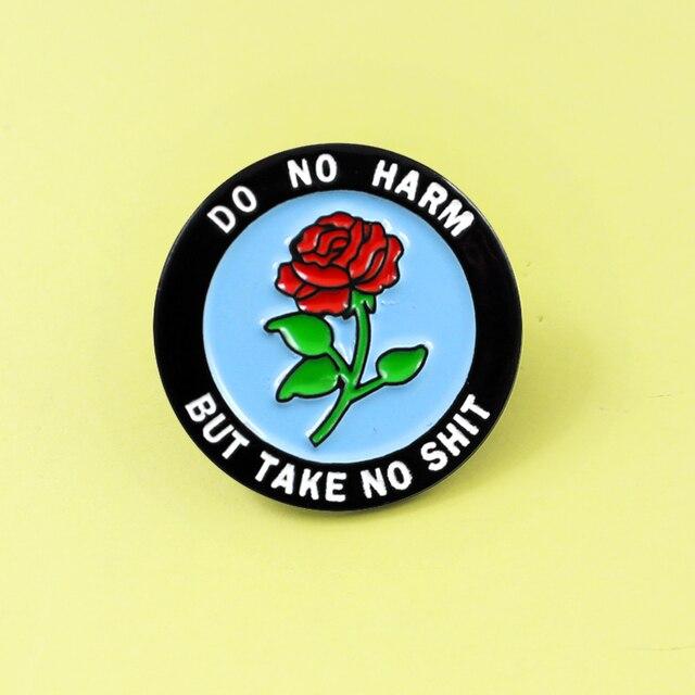 Rosso rotondo Rosa Dello Smalto Spille Brooch'DO NESSUN DANNO, MA NON PRENDERE SHIT' spilla per le donne della ragazza Risvolto Denim Cap Zaino accessori Regali