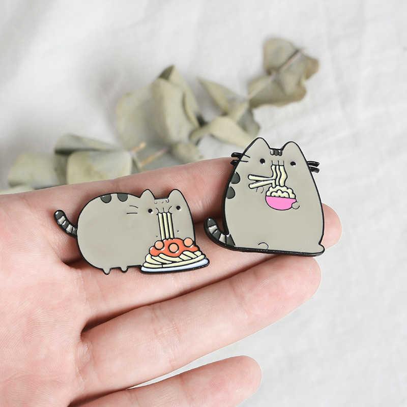 Abu-abu Fat Cat Enamel Pin Lencana Memuaskan Makan Spaghetti Berdiri Kerah Pin Bros Lucu Kartun Hewan Perhiasan Kemeja Denim Tas