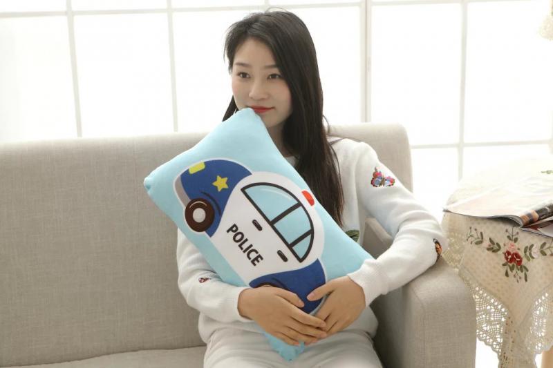 Triest depressief meisje in bed aangrijpend kussen u stockfoto