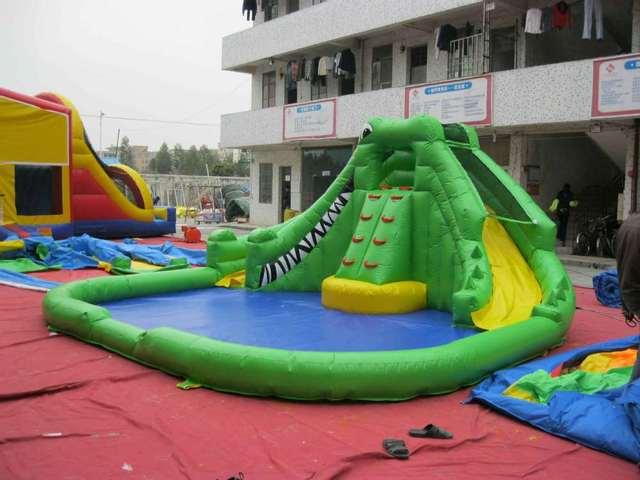 crocodile toboggan gonflable avec piscine gonflable toboggans pour les enfants dans jeux. Black Bedroom Furniture Sets. Home Design Ideas