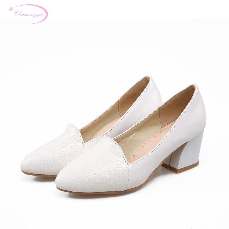 9be7f1d6f Chainingyee estilo doce dedo apontado sexy bombas moda embossing branco  rosa preto med calcanhar das mulheres sapatos tamanho grande 21.5 ~ 26.5 cm