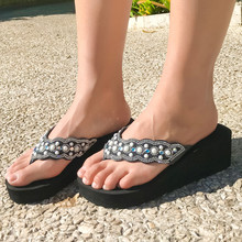 Черные летние пляжные сандалии для женщин Украшенные стразами на танкетке; женские Вьетнамки; Sandalias Plataforma Chanclas Y