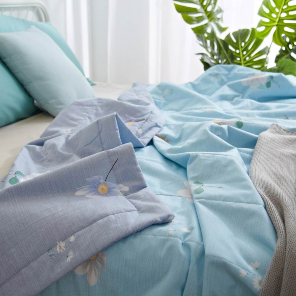 2019 White Flowers Light Blue Quilt Cotton air condition Quilted Thin Comforter Summer Throws Blanket Twin Full Queen Size in Quilts from Home Garden